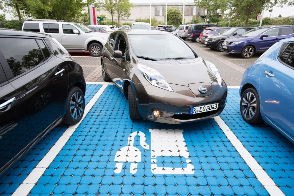 In vielen Städten profitieren Fahrer eines EV wie des Nissan Leaf von Vergünstigungen in Sachen Parken