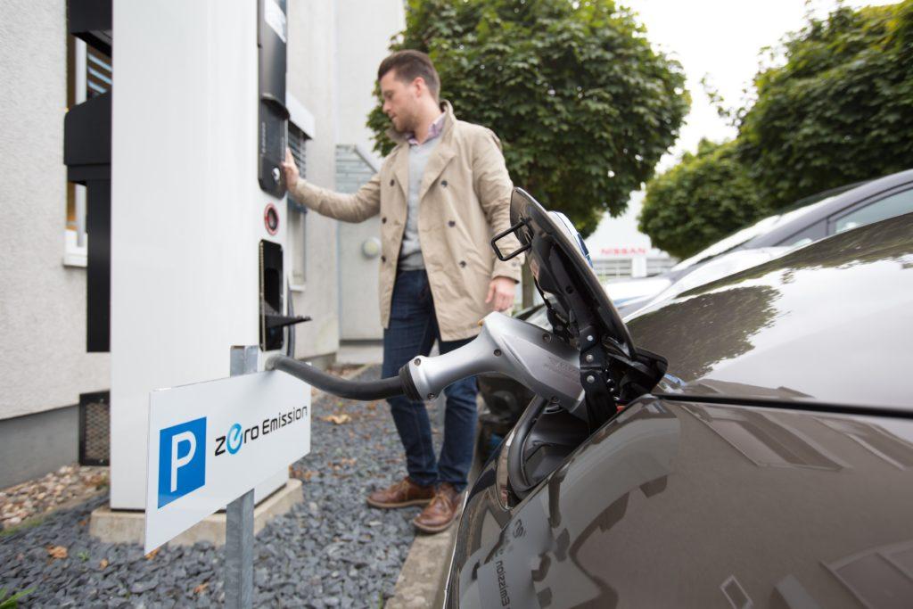 Die 30 kWh-Variente ist serienmäßig mit CHAdeMO-ANschluss ausgerüstet und kann in 30 Minuten zu 80% wiederbefüllt werden
